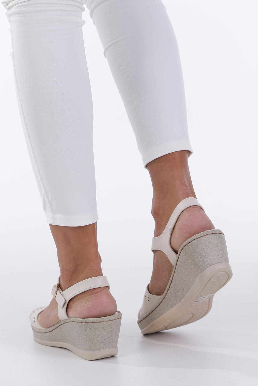 c58a5c74 ... style Ażurowy; Kremowe sandały ażurowe na koturnie z odkrytymi palcami  Casu F19X1/OW kolor kremowy ...