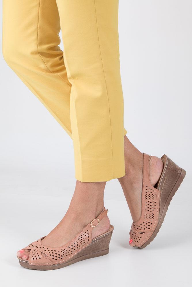 Łososiowe sandały ażurowe na koturnie z odkrytymi palcami i piętą ze skórzaną wkładką Casu W18X5/P