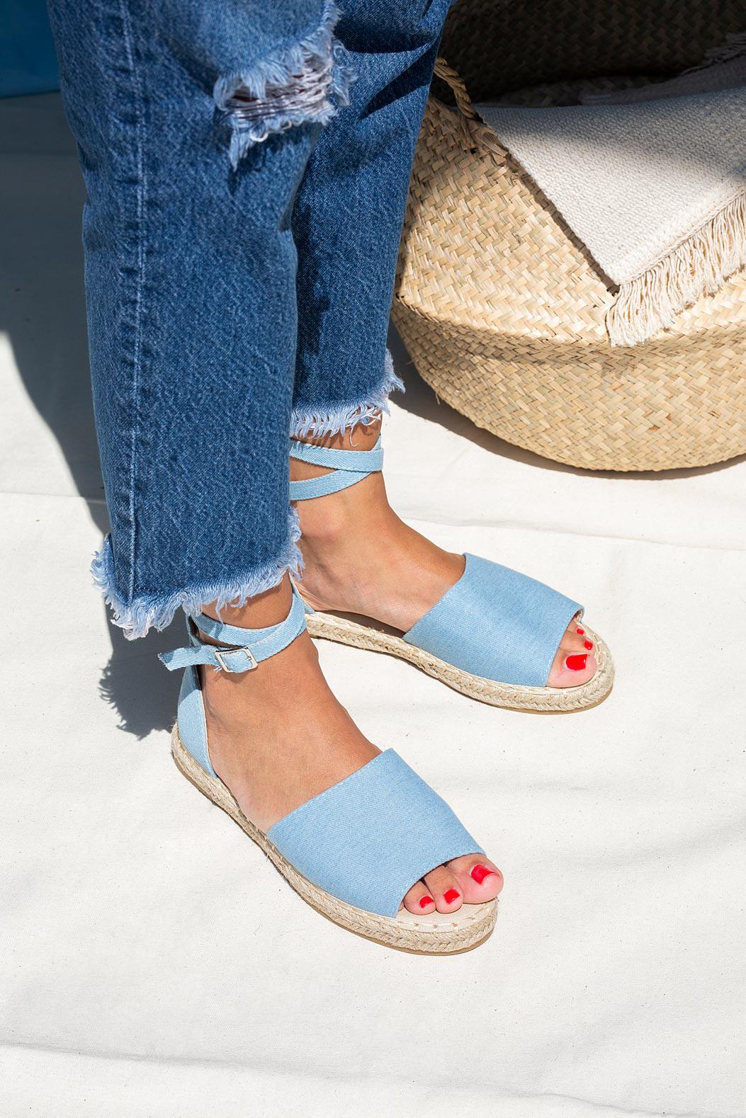 Niebieskie sandały espadryle jeansowe z zakrytą piętą i paskiem wokół kostki Casu A20X5/LB jasny niebieski