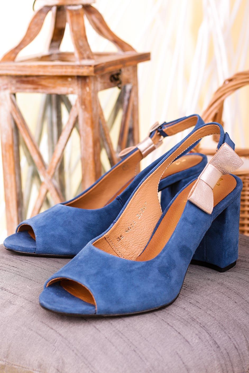 Niebieskie sandały Maciejka skórzane na szerokim słupku z kokardką 04611-17/00-1 ciemny niebieski