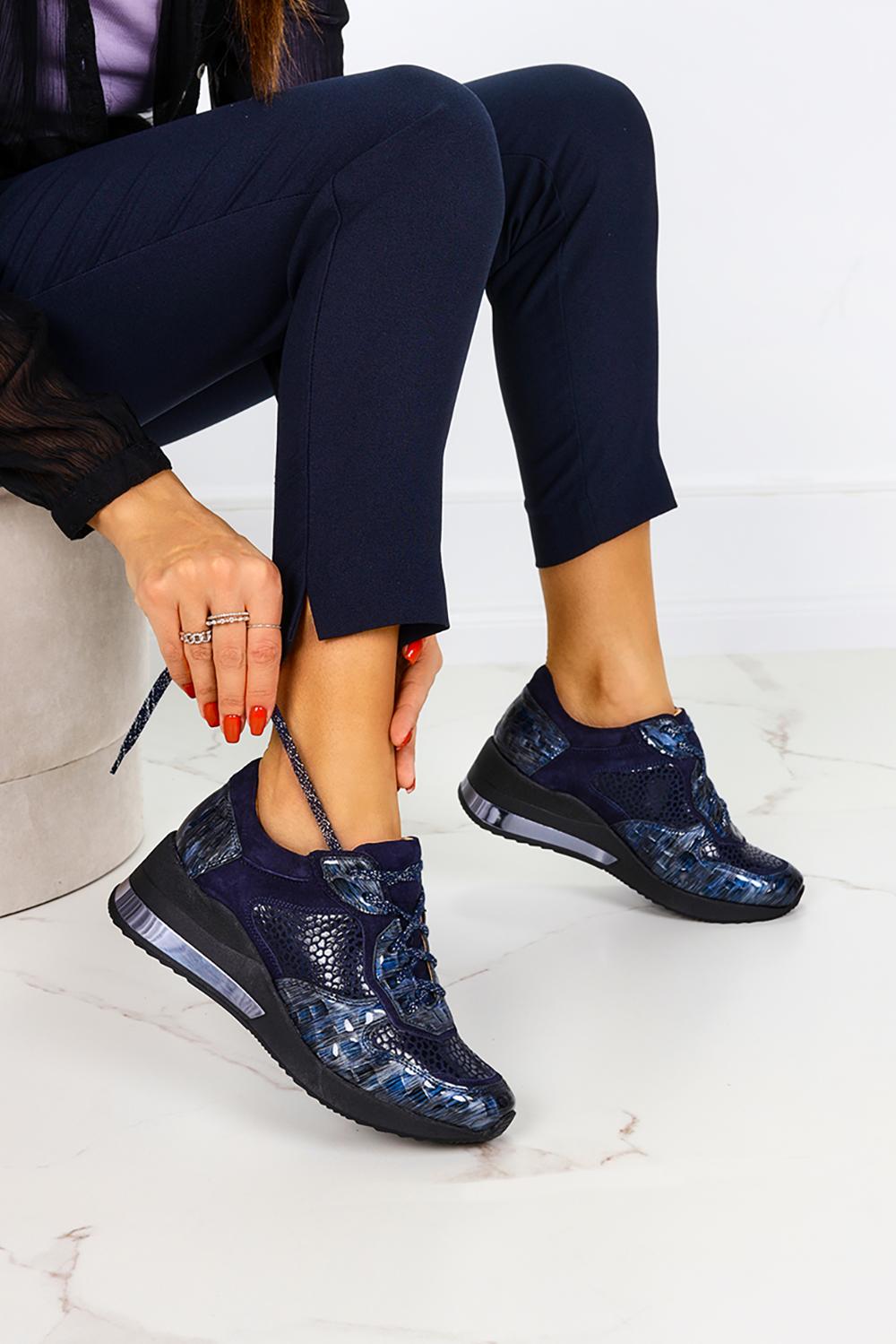 Niebieskie sneakersy na koturnie buty sportowe sznurowane polska skóra Casu 07961/1911/380/1946/00 ciemny niebieski