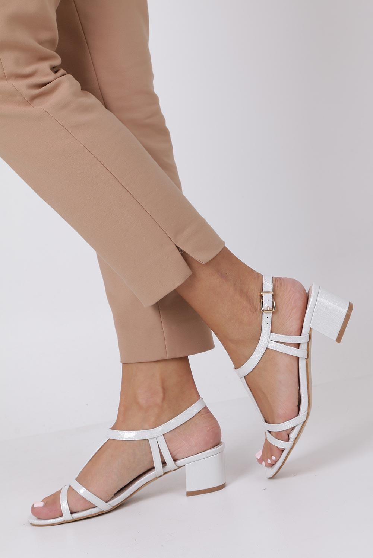 Perłowe sandały lakierowane na niskim obcasie ze skórzaną wkładką Casu RT19X1/W