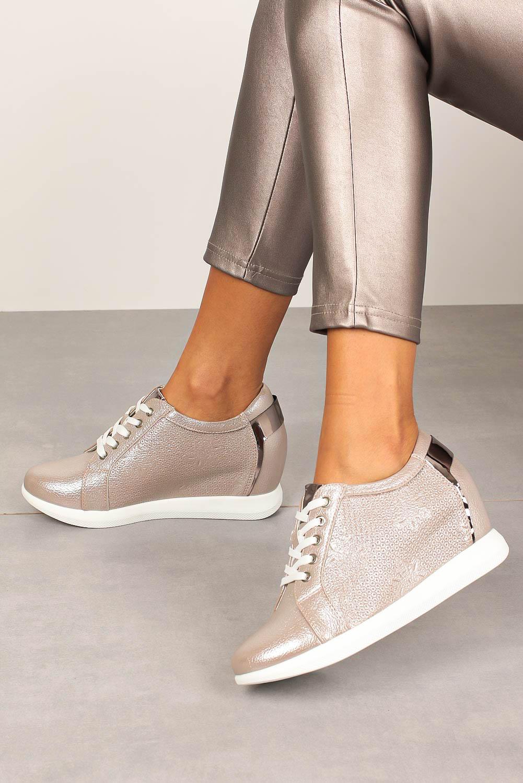 Półbuty Sergio Leone sneakersy sznurowane na ukrytym koturnie błyszczące beżowe SP235 beżowy