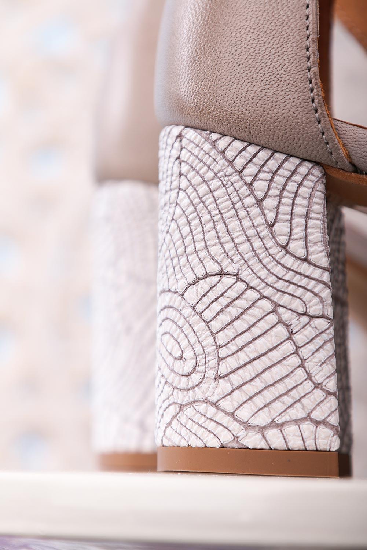 Popielate sandały Maciejka skórzane na ozdobnym obcasie z zakrytą piętą pasek wokół kostki 04235-03/00-5 popielaty