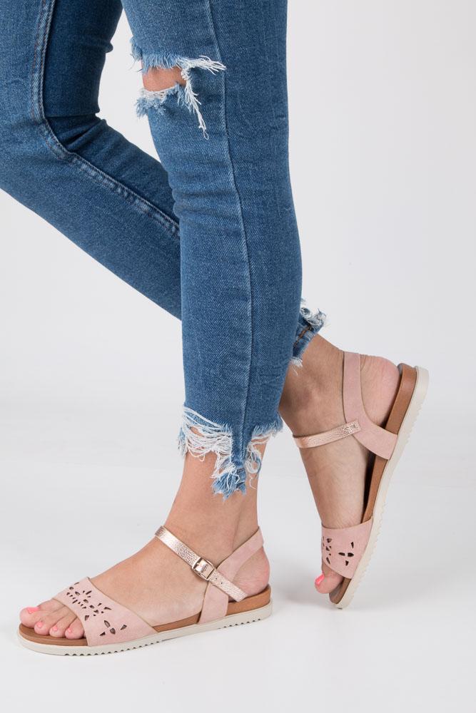 Pudrowe sandały ażurowe ze złotym paskiem wokół kostki na białej podeszwie Casu K18X13/P