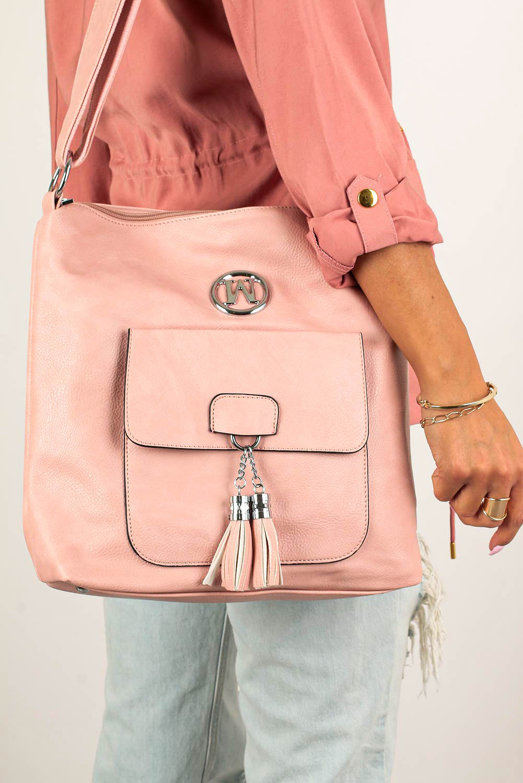 Różowa torebka listonoszka z kieszonką z przodu i metalową ozdobą Casu W-528