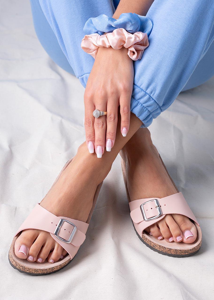 Różowe klapki z klamrą ze skórzaną wkładką i profilowaną korkową podeszwą Casu H20X14/P jasny różowy