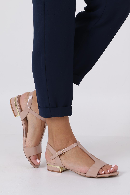 Różowe sandały lakierowane nude na niskim ozdobnym obcasie skórzana wkładka Casu R19X5/N kolor jasny różowy