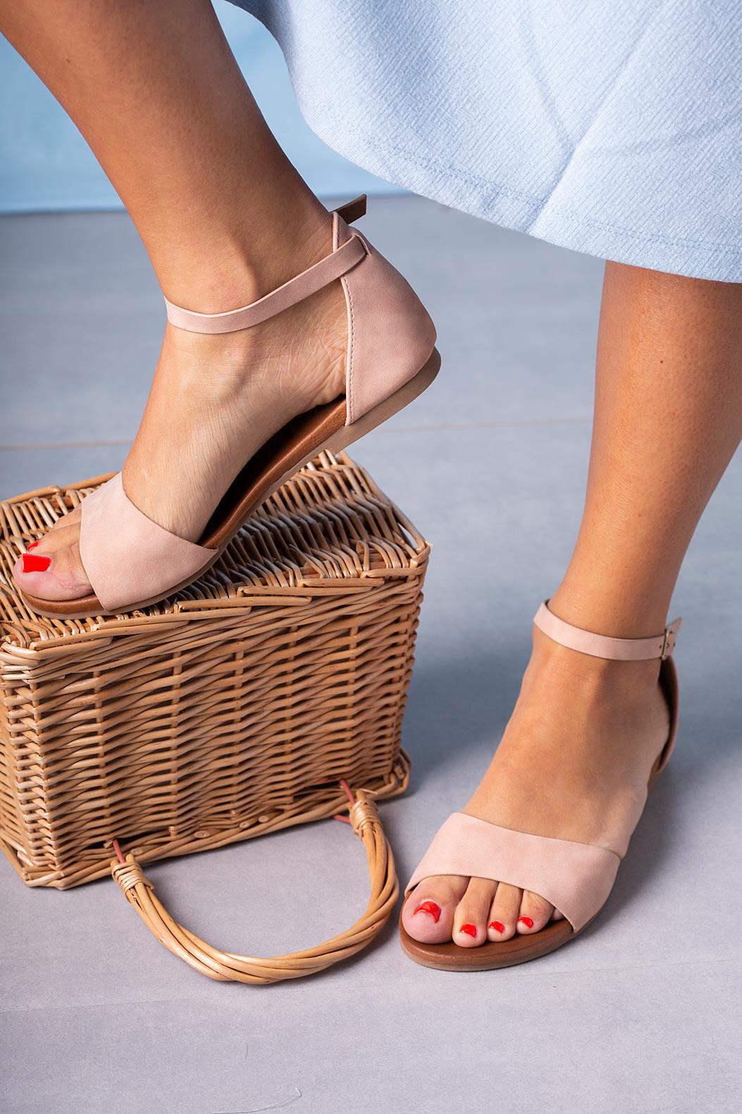 Różowe sandały płaskie z zakrytą piętą i paskiem wokół kostki Casu K19X16/P sezon Lato
