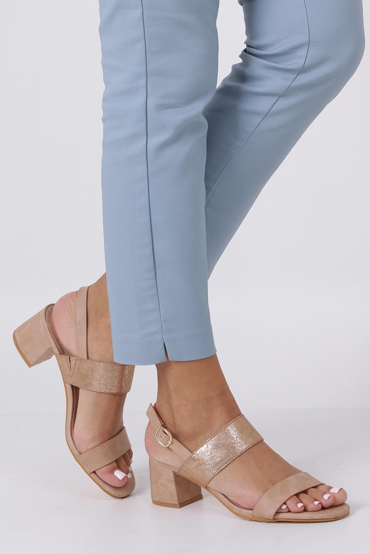 Różowe sandały z błyszczącym paskiem na niskim obcasie skórzana wkładka Casu E19X2/P producent Casu