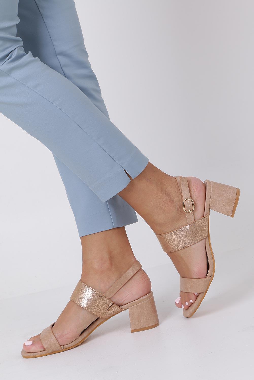 Różowe sandały z błyszczącym paskiem na niskim obcasie skórzana wkładka Casu E19X2/P sezon Lato