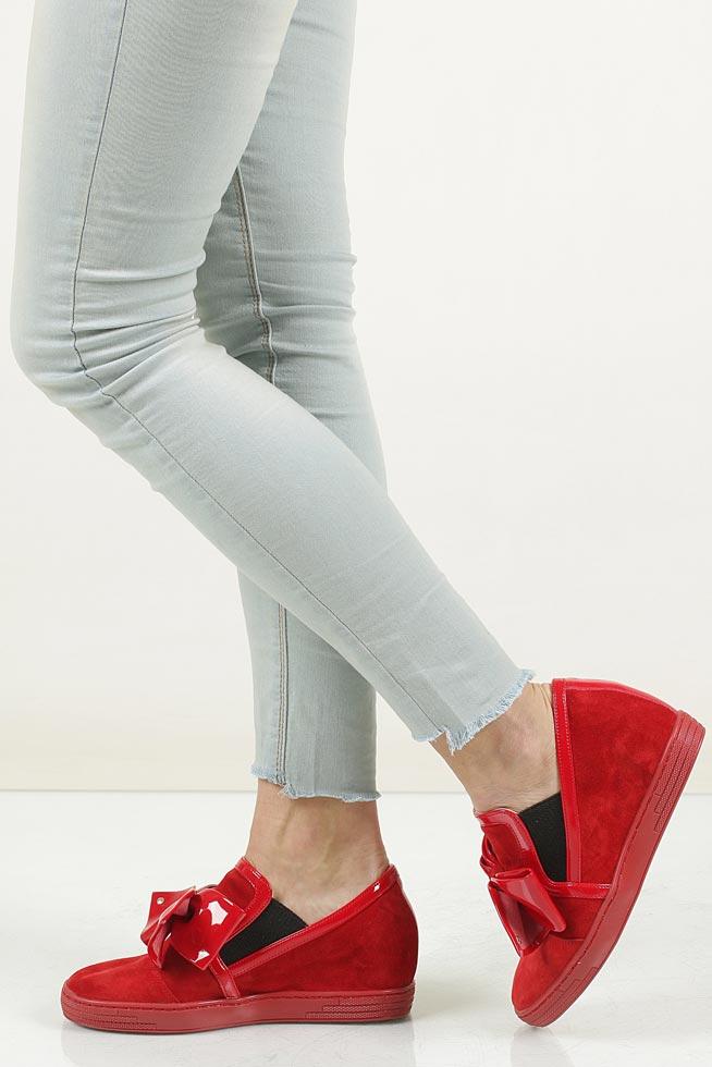 Sneakersy czerwone welurowe na koturnie z kokardą Casu 1973