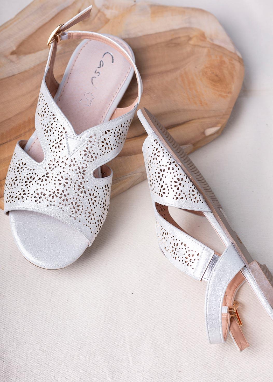 Srebrne sandały ażurowe płaskie błyszczące ze skórzaną wkładką Casu SN20X6/S srebrny