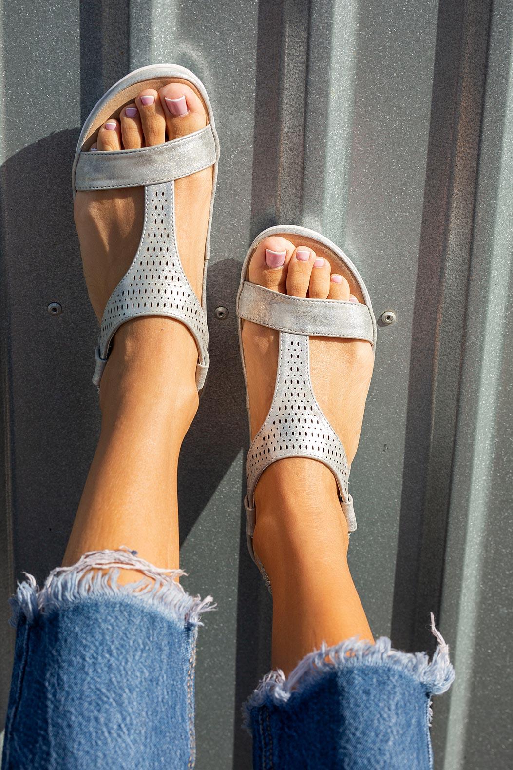 Srebrne sandały ażurowe płaskie z gumką Casu N20X1/S style Ażurowy