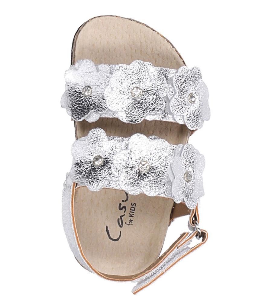 Srebrne sandały błyszczące z kwiatkami ze skórzaną wkładką i profilowaną korkową podeszwą zapinane na rzep Casu B19KDX3/S wierzch skóra ekologiczna