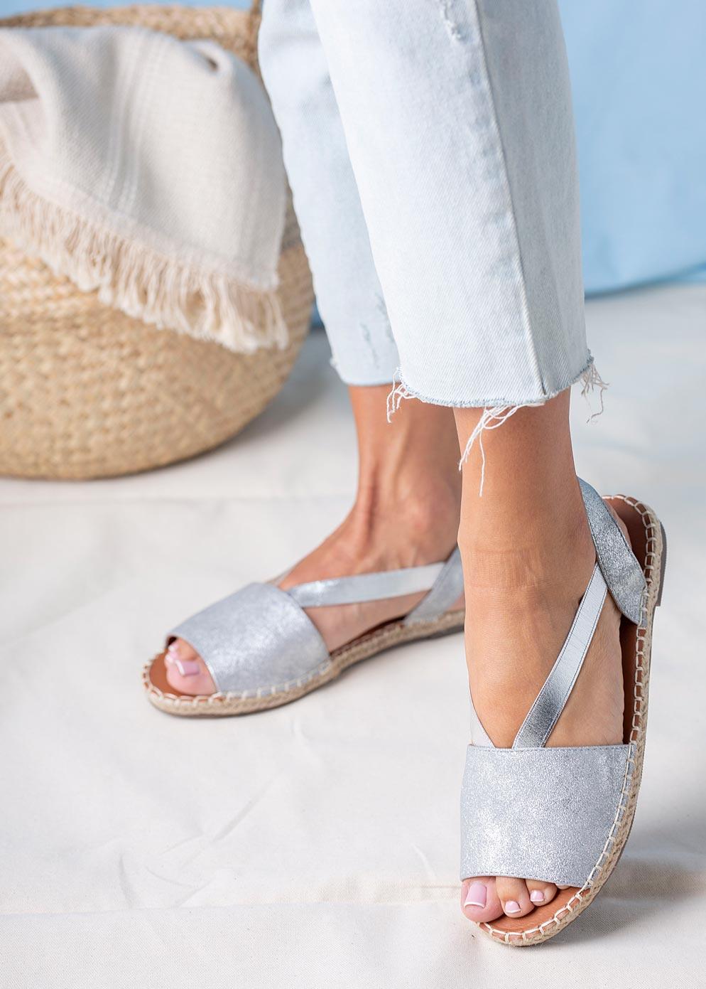 Srebrne sandały espadryle błyszczące płaskie z gumką Casu SN20X5/S sezon Lato