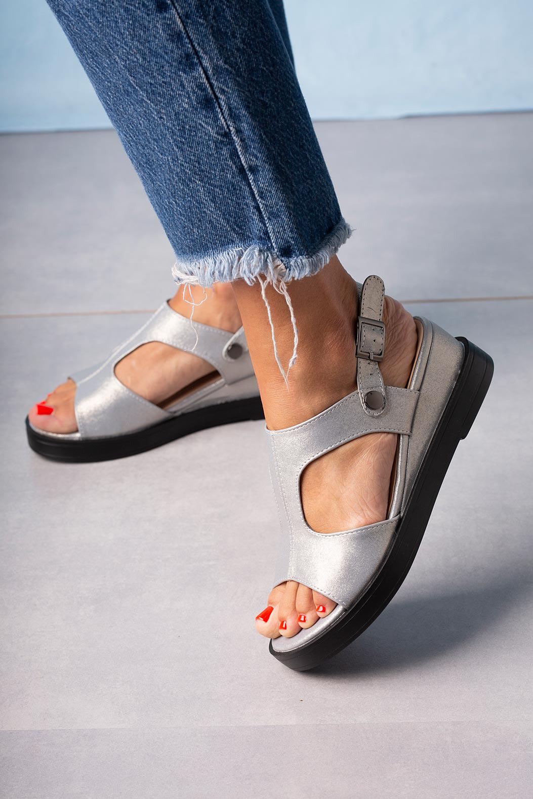 Srebrne sandały na koturnie błyszczące Casu SN20X7/S