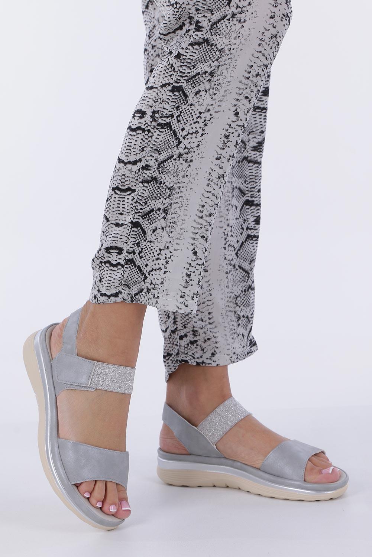 Srebrne sandały płaskie na rzepy z brokatową gumką Casu W19X9/G sezon Lato