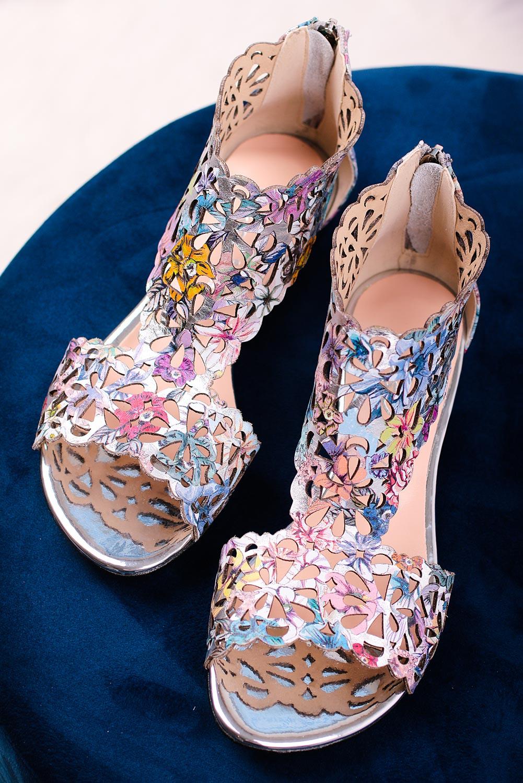 Srebrne sandały skórzane ażurowe płaskie z zamkiem na pięcie kwiaty Casu DS-399 srebrny