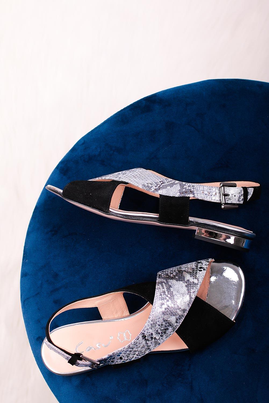 Srebrne sandały skórzane płaskie z paskami na krzyż wzór wężowy Casu DS-373 srebrny