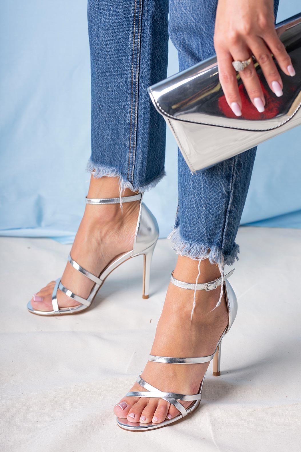 Srebrne sandały szpilki błyszczące z paskiem wokół kostki Casu D20X13/S srebrny
