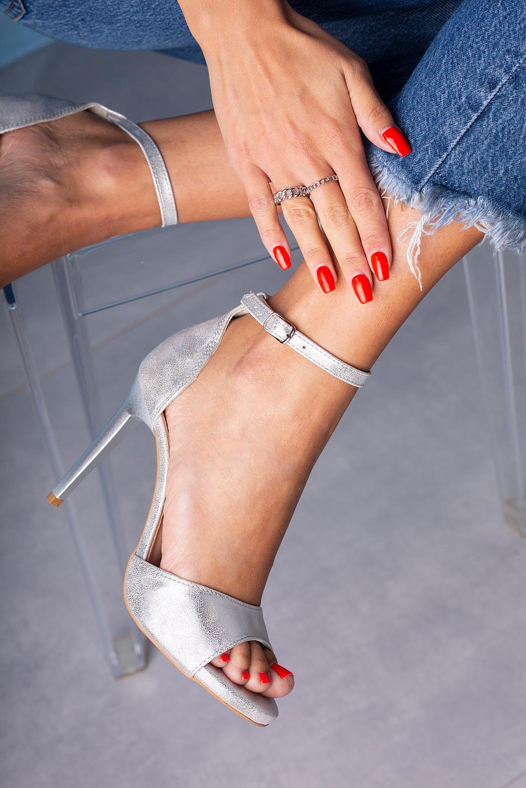 Srebrne sandały szpilki z zakrytą piętą i paskiem wokół kostki Casu 1590/1
