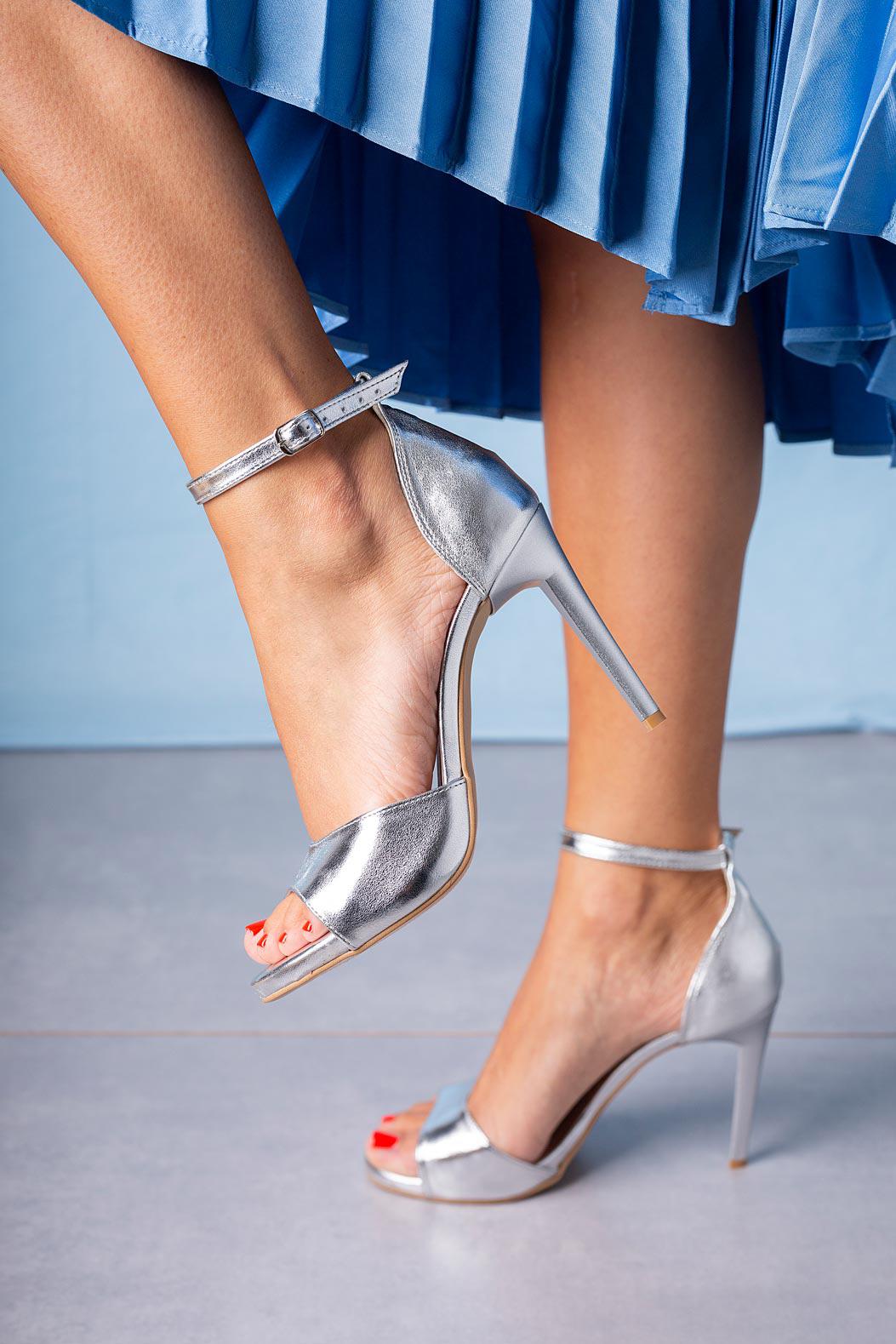 Srebrne sandały szpilki z zakrytą piętą paskiem wokół kostki Casu 1590/1 srebrny