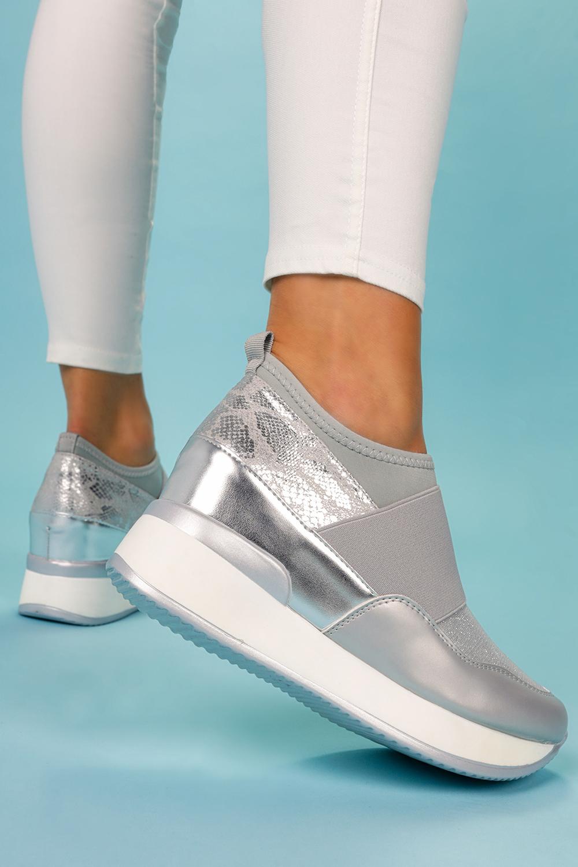 Srebrne sneakersy z gumką półbuty na ukrytym koturnie wzór wężowy Casu HQ218 srebrny