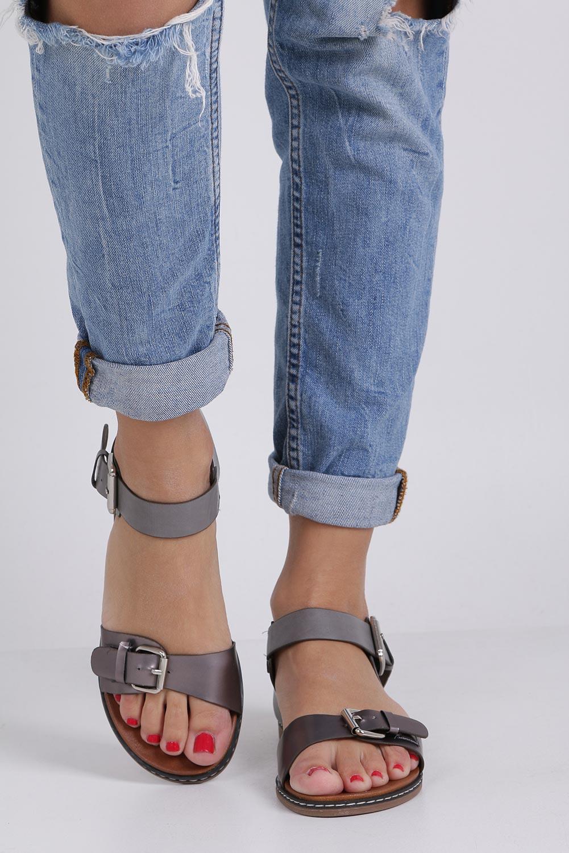 Szare modne sandały ze srebrnymi klamrami Casu K18X12/PE producent Casu