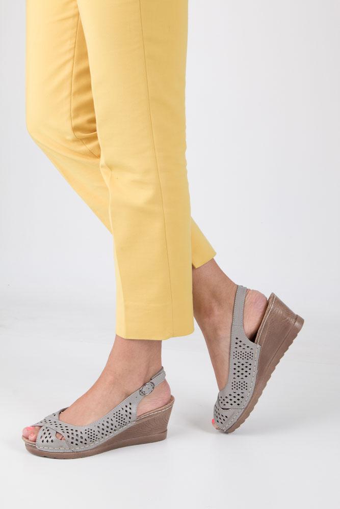 Szare sandały ażurowe na koturnie z odkrytymi palcami i piętą ze skórzaną wkładką Casu W18X5/G