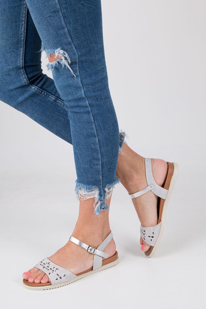 Szare sandały ażurowe ze srebrnym paskiem wokół kostki na białej podeszwie Casu K18X13/G