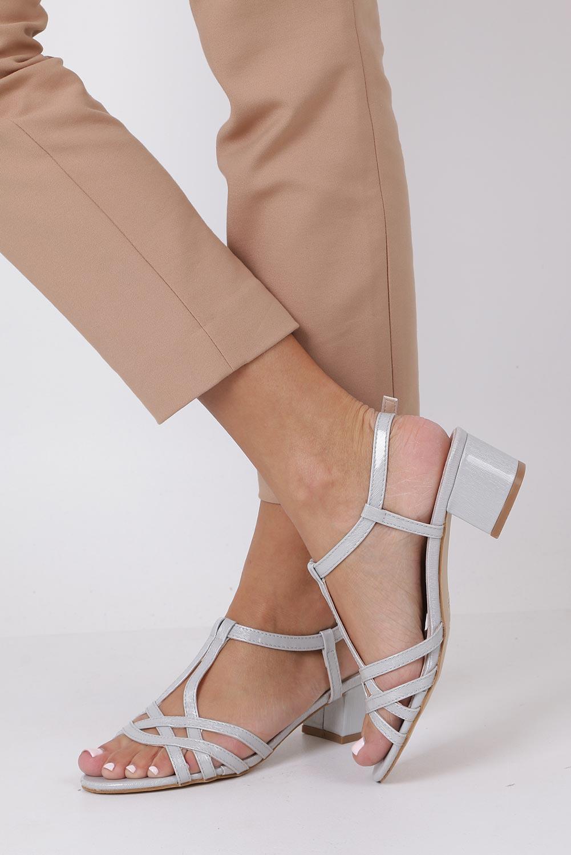 Szare sandały lakierowane na niskim obcasie ze skórzaną wkładką Casu RT19X2/G