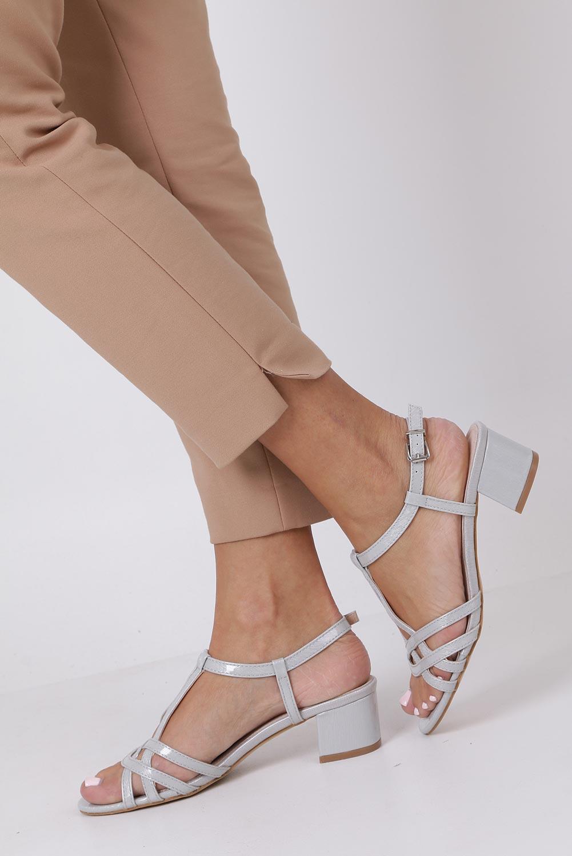 Szare sandały lakierowane na niskim obcasie ze skórzaną wkładką Casu RT19X2/G sezon Lato