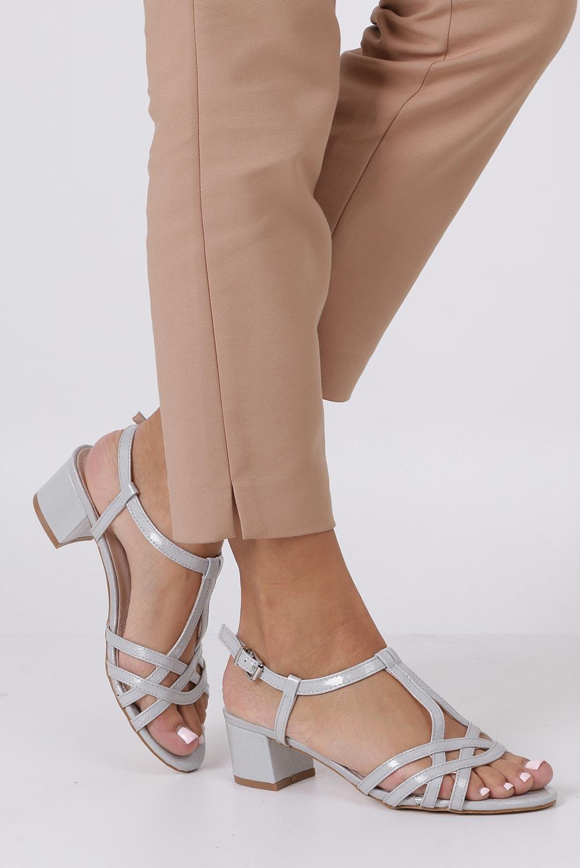Szare sandały lakierowane na niskim obcasie ze skórzaną wkładką Casu RT19X2/G kolor szary