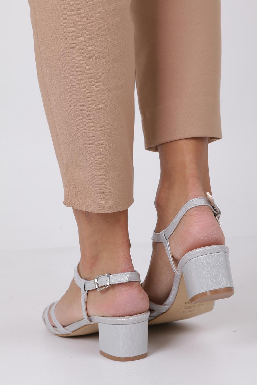 Szare sandały lakierowane na niskim obcasie ze skórzaną wkładką Casu RT19X2/G wysokosc_obcasa 5 cm