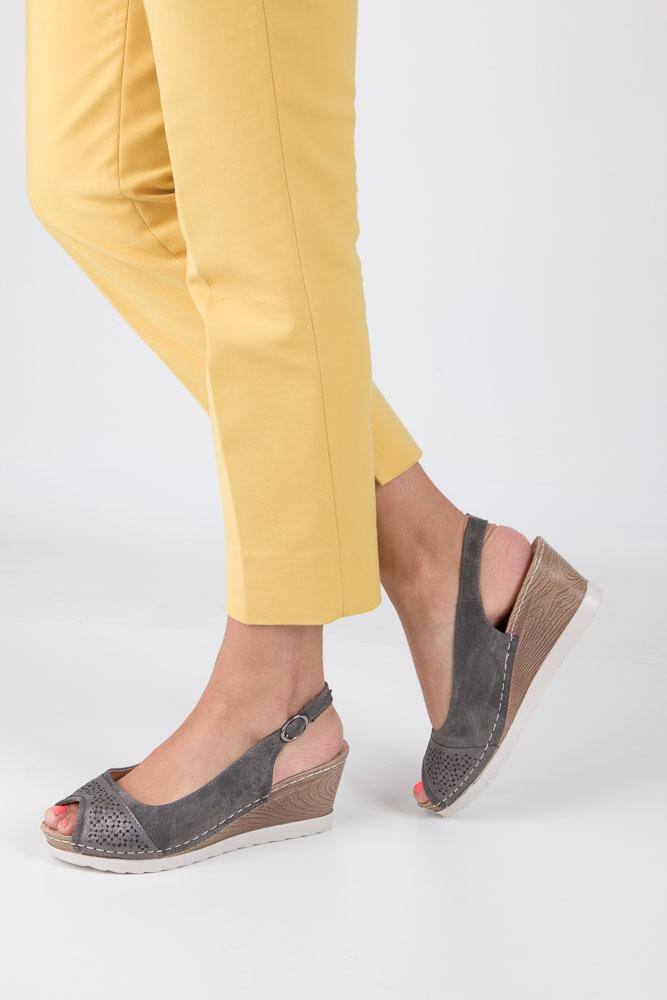Szare sandały peep toe na koturnie z odkrytymi palcami i piętą ze skórzaną wkładką Casu W18X4/DG