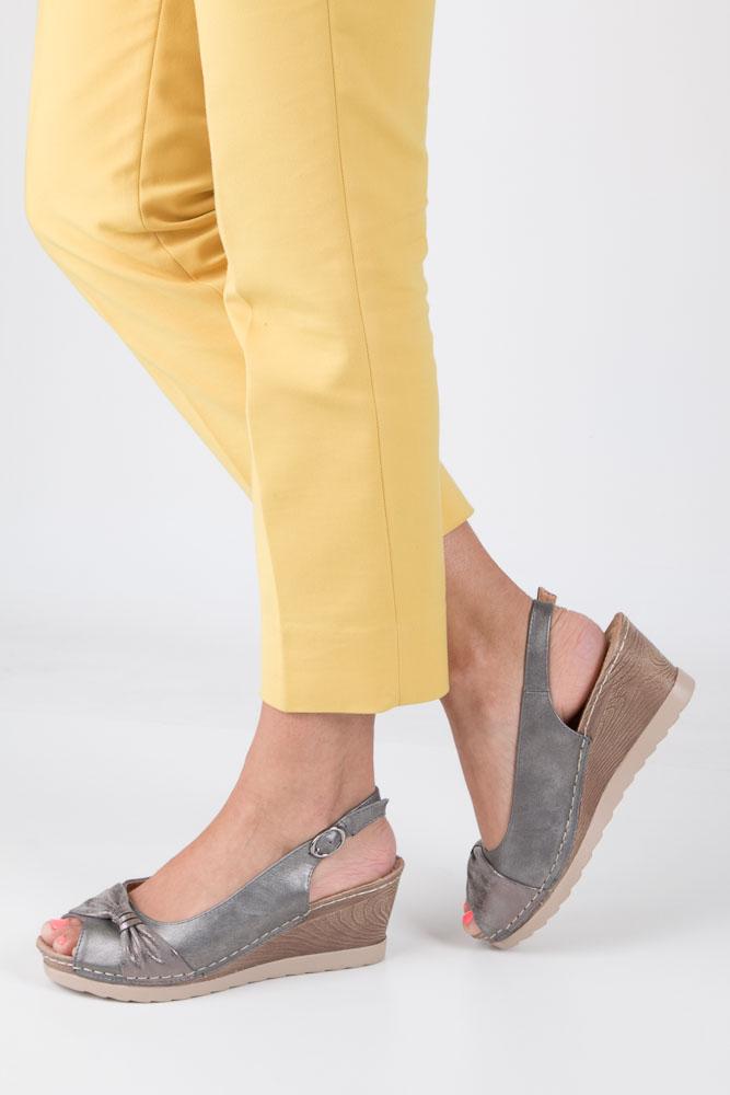 Szare sandały z kokardą na koturnie peep toe z odkrytymi palcami i piętą ze skórzaną wkładką Casu W18X2/G