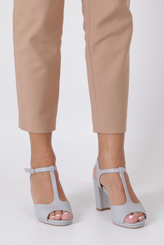 Szare sandały ze skórzaną wkładką na słupku z paskiem przez środek Casu DD19X5/G producent Casu
