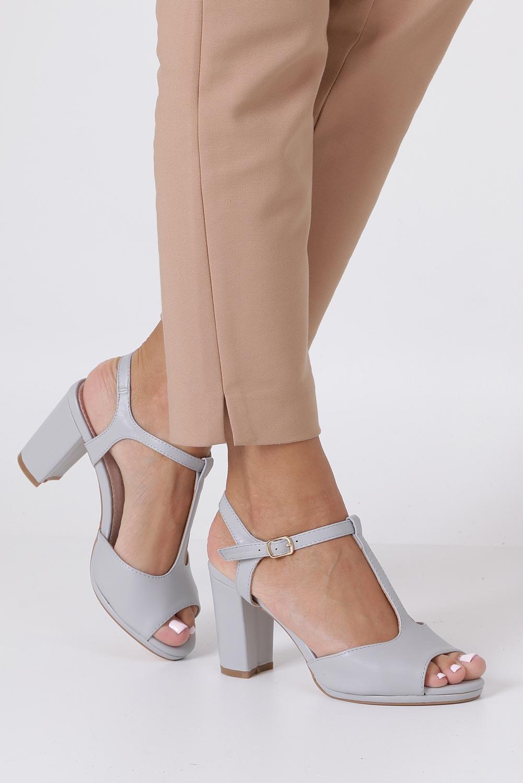 Szare sandały ze skórzaną wkładką na słupku z paskiem przez środek Casu DD19X5/G sezon Lato