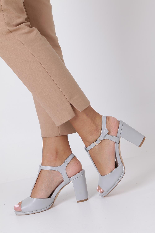 Szare sandały ze skórzaną wkładką na słupku z paskiem przez środek Casu DD19X5/G kolor szary