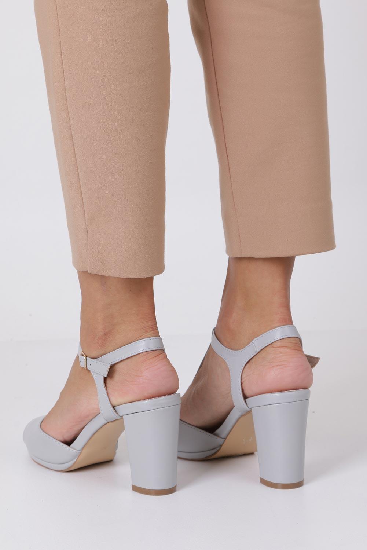 Szare sandały ze skórzaną wkładką na słupku z paskiem przez środek Casu DD19X5/G wysokosc_obcasa 9 cm