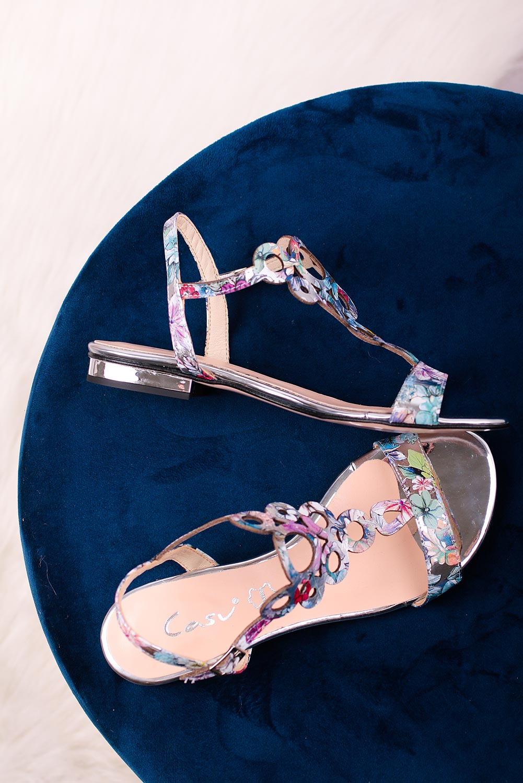 Wielokolorowe sandały skórzane płaskie ażurowe w kwiaty Casu DS-396 srebrny
