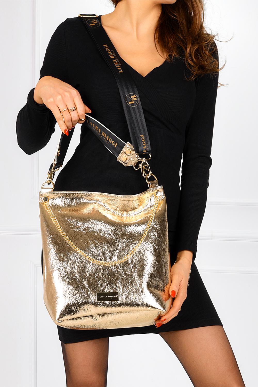 Złota torebka błyszcząca lakierowana z ozdobnym łańcuszkiem Laura Biaggi JP53