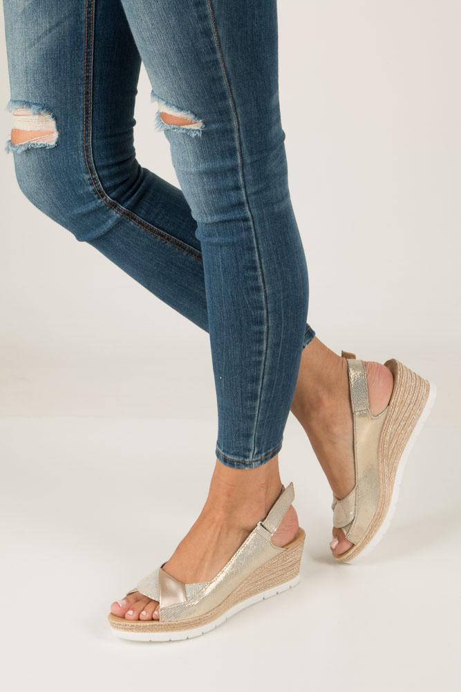 Złote sandały błyszczące na koturnie Rieker 61972-90