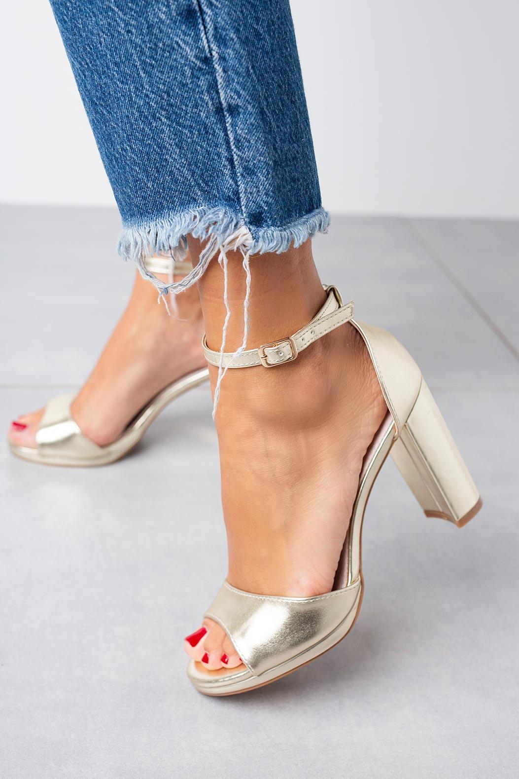 Złote sandały Casu na słupku z paskiem wokół kostki ze skórzaną wkładką D20X9/G złoty