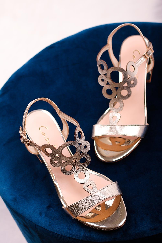Złote sandały skórzane ażurowe błyszczące na szerokim ozdobnym słupku Casu DS-378/8 złoty