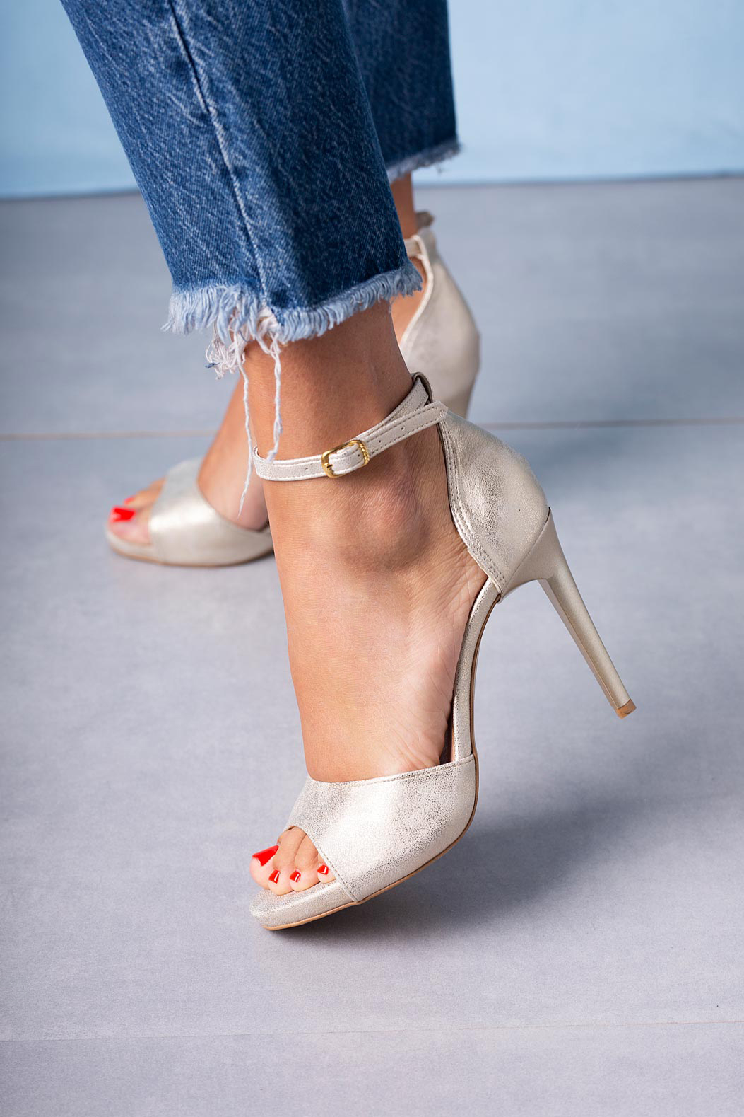 282046e1d5142 Złote sandały szpilki z zakrytą piętą i paskiem wokół kostki Casu 1590/1  złoty ...