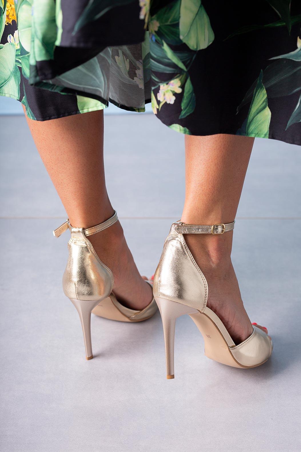 Złote sandały szpilki z zakrytą piętą i paskiem wokół kostki Casu 1590/1 złoty