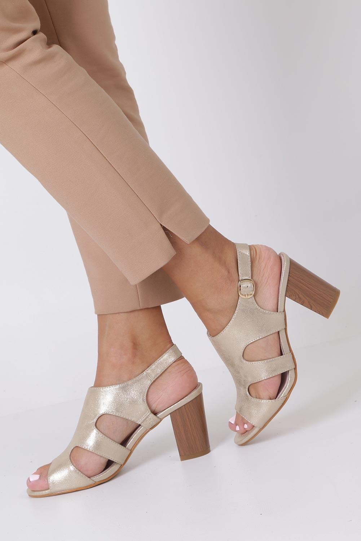 Złote sandały zabudowane błyszczące ze skórzaną wkładką na słupku Casu DD19X6/G kolor złoty