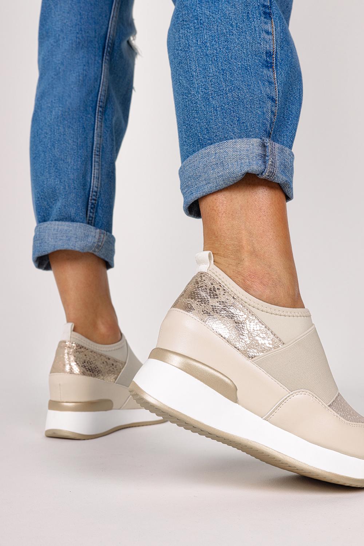 Złote sneakersy z gumką półbuty na ukrytym koturnie wzór wężowy Casu HQ218 złoty